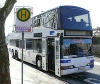 Schulbus an Haltestelle